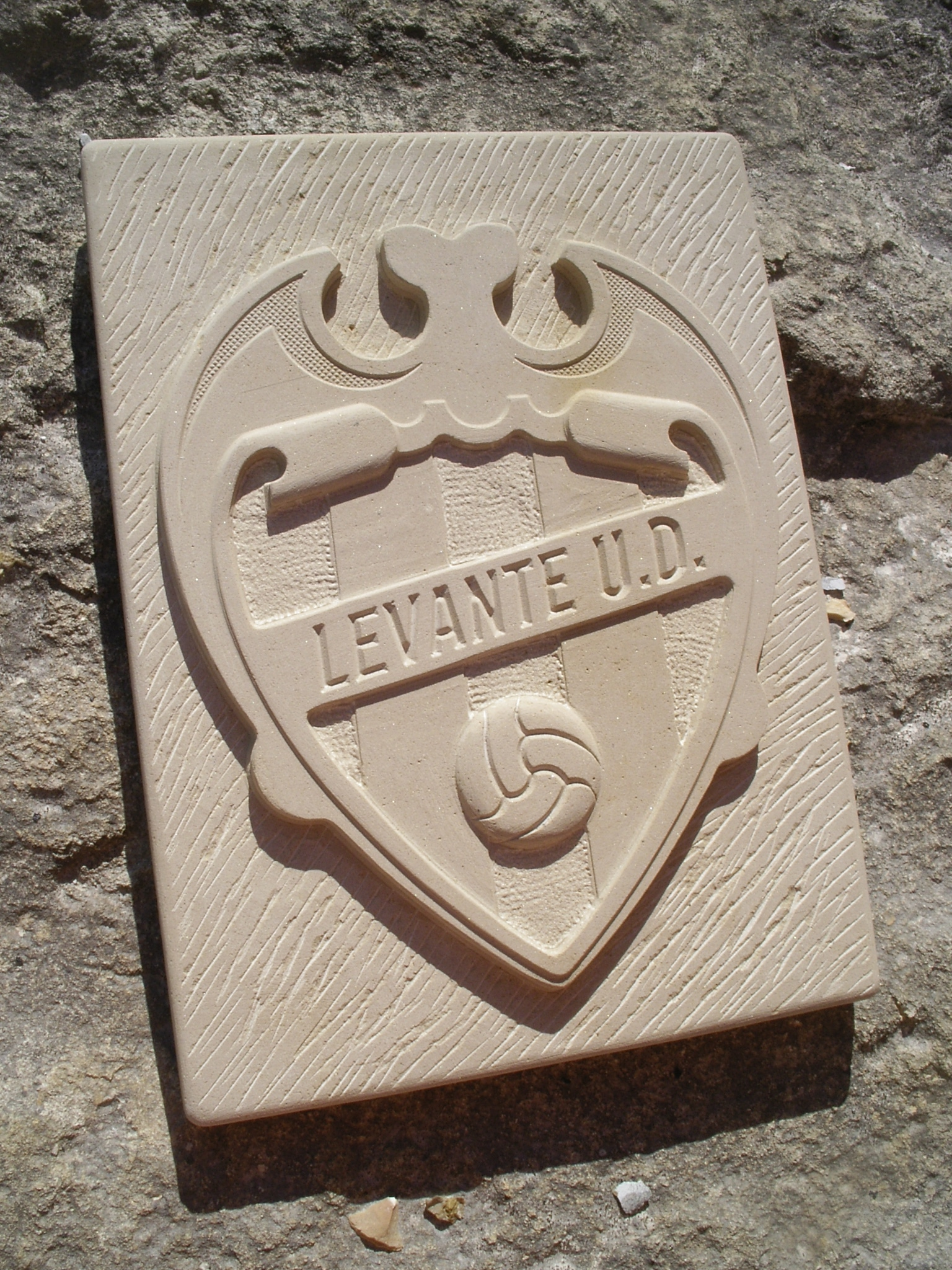 escudo de fútbol en piedra