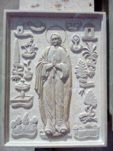 relieve virgen en piedra