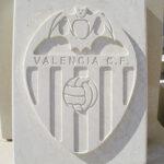 escudo de piedra con dibujo plano