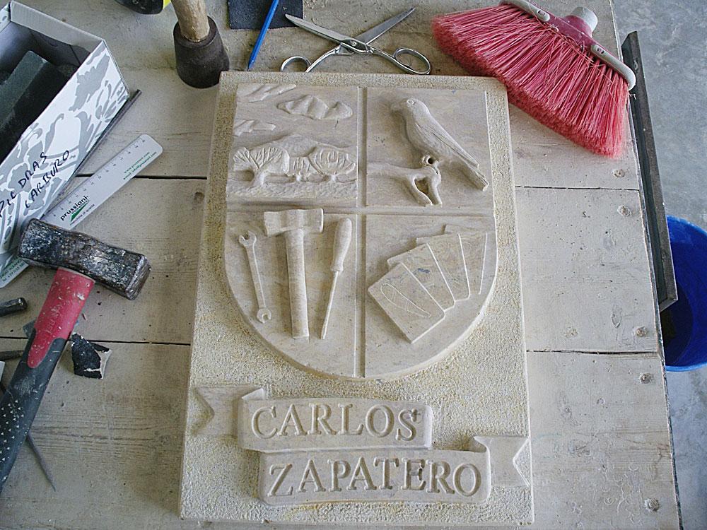 Escudo de piedra personalizado, siendo uno de los tipos de escudos en piedra