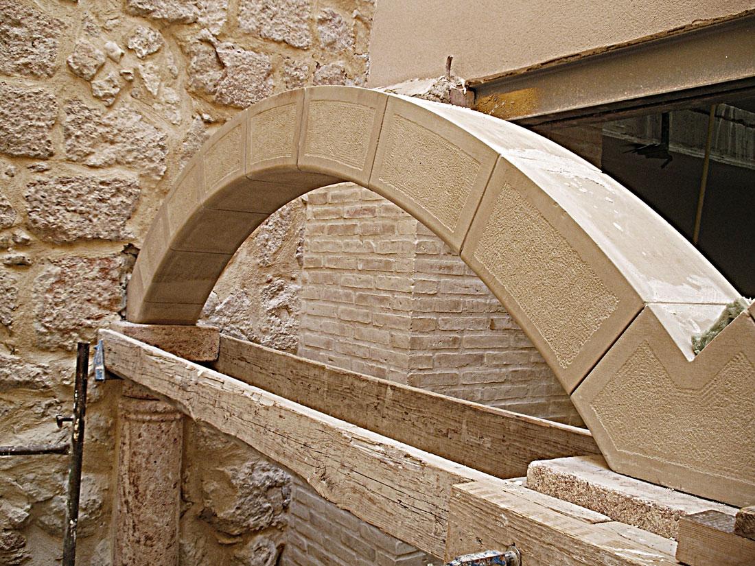 el arco escarzano es uno de los tipos de arcos de piedra bastante común