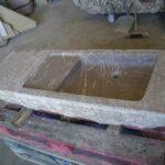 ejemplo de lavabos de piedra: piedra antigua con lavabo tallado