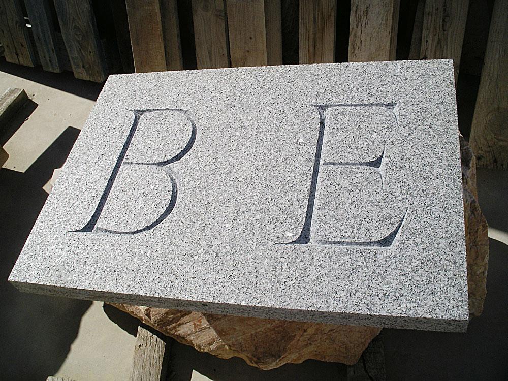 letras romanas en inscripción de 30 cm de altura