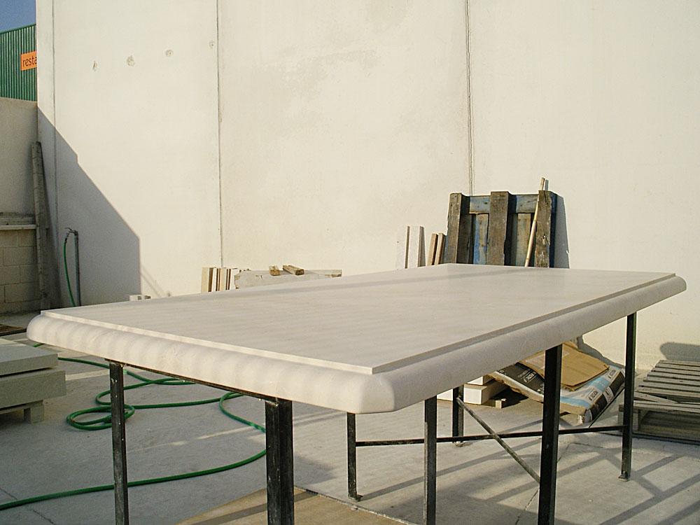 mesa de mármol con bordes redondeados. Un tipo de mesas de piedra