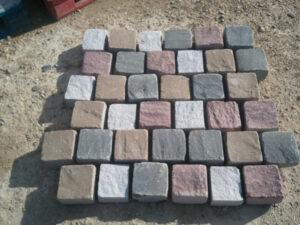 piedra para construcción de calzadas o pavimentos en jardines: adoquines tamaño pequeño de piedra de diferentes colores