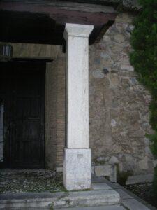 columna de base cuadrada de piedra rústica
