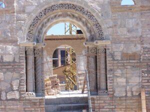 portada de piedra con columnas y arcos de medio punto