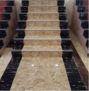 Piedra para construcción en forma de baldosas y peldaños de mármol.