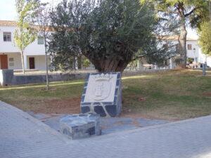 escudo de piedra en zona de jardines