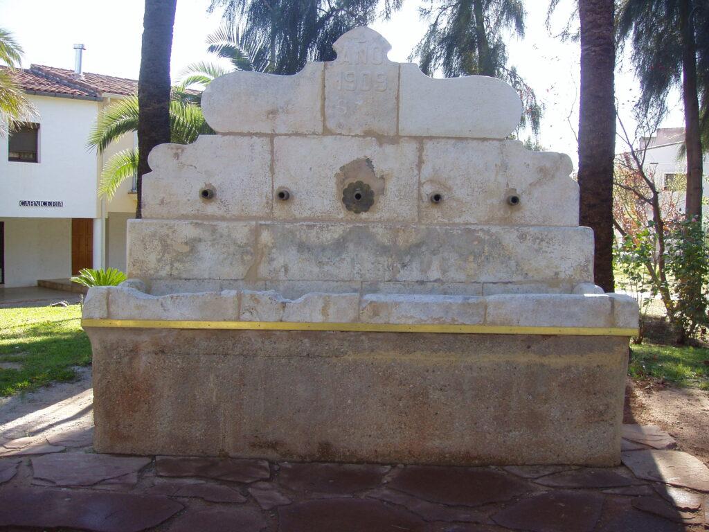 la restauración de una fuente de piedra por intercambio de una pieza