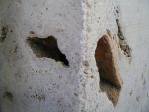 el corte con hilo diamantado produce uno de los acabados de la piedra estriado