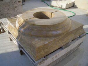 los capiteles de piedra que se colocaron disponían finalmente del hueco central