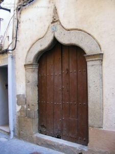 arco conopial en la entrada de una casa