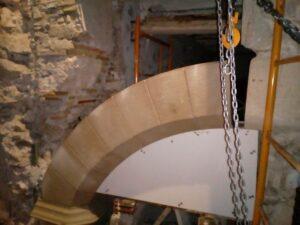 el montaje de arcos de piedra llega a su fin a falta de la clave