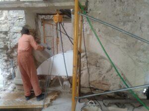 el montaje de arcos de piedra en su fase crítica