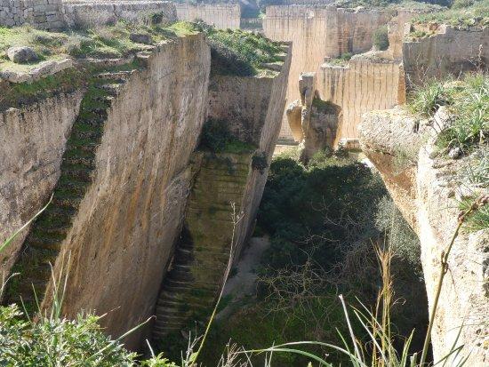 canteras de piedra antiguas y abandonadas