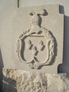 escudo en piedra bateig a la luz del sol