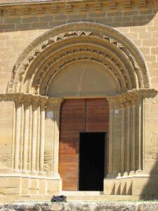 las portadas de piedra románicas son preciosas