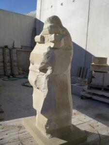 escultura de piedra al inicio