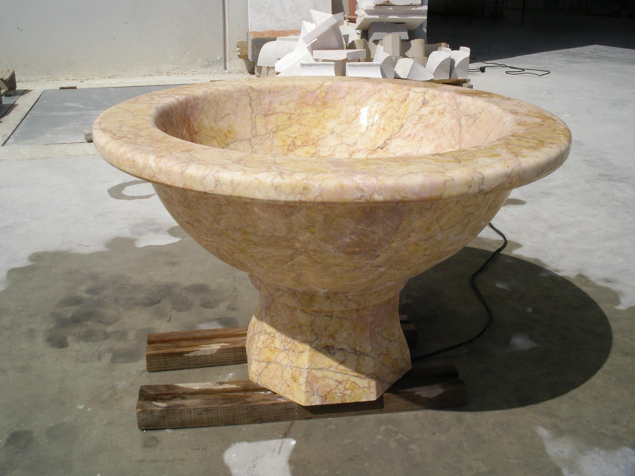 fuente de mármol crema acabnada