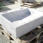 pilas de mármol blanco
