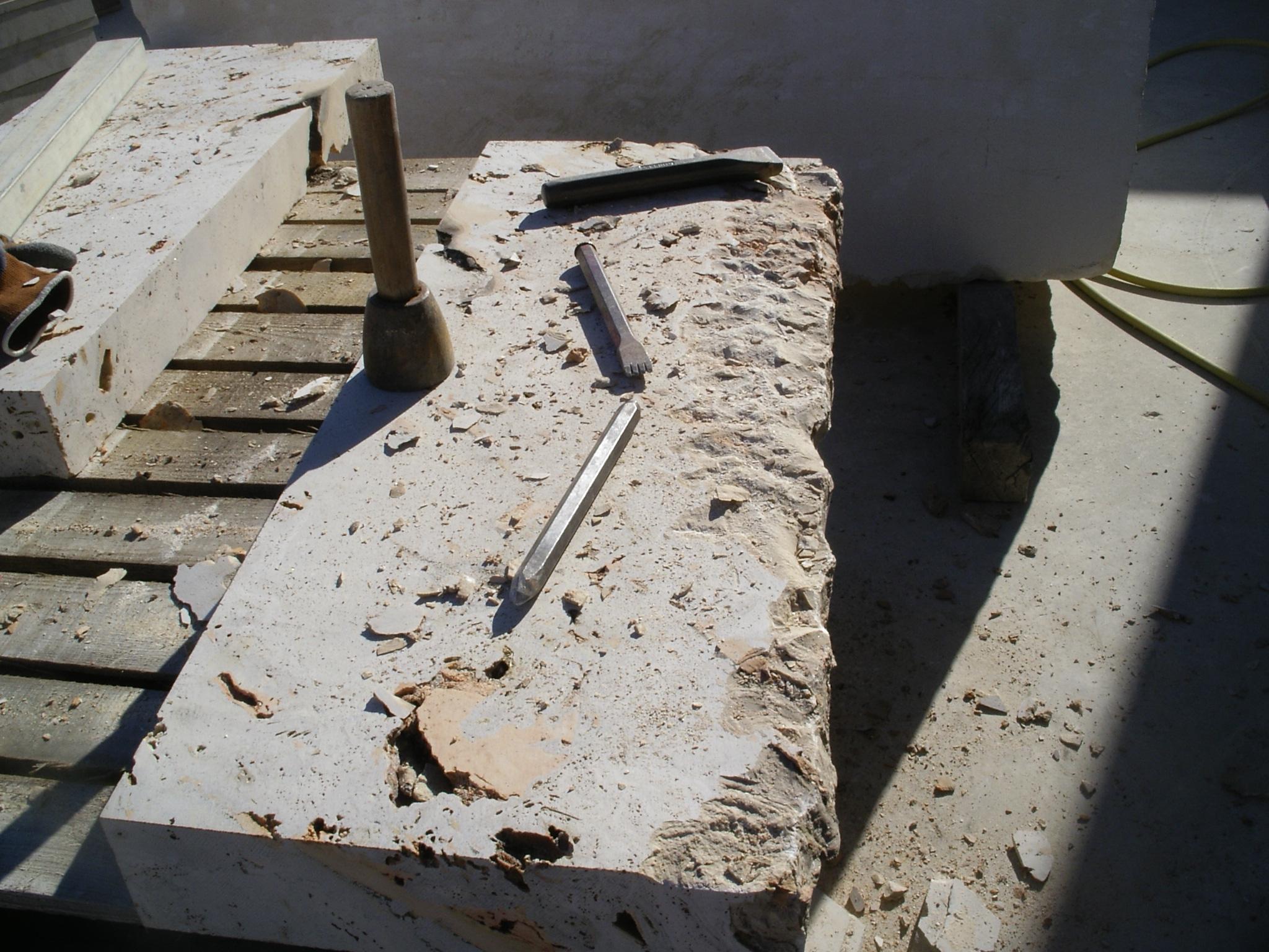 labores de desbastado de piedra. Primeros pasos en la cantería