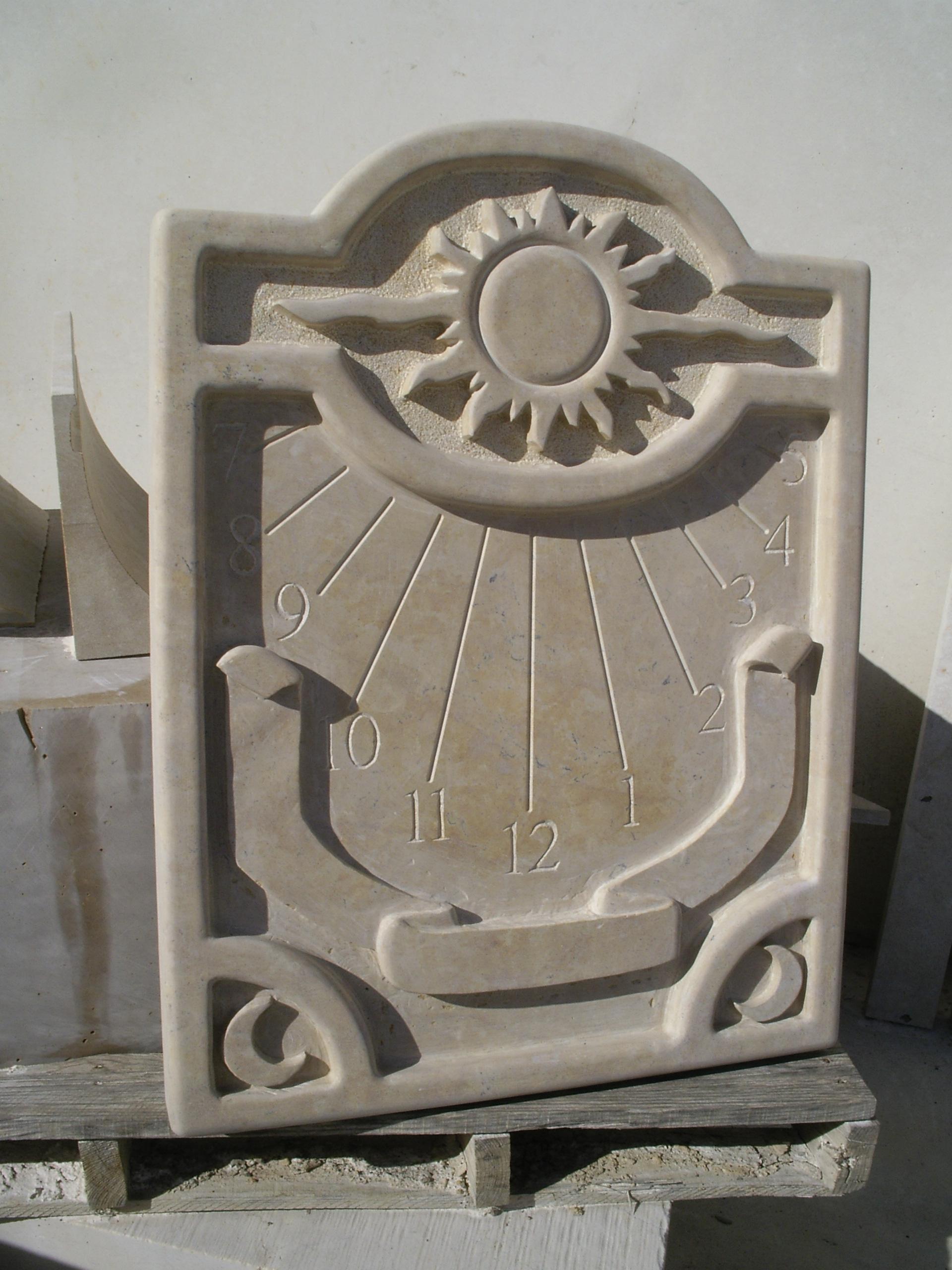 reloj de sol en piedra