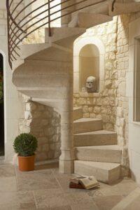 la piedra en escaleras de caracol
