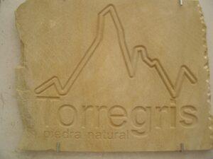 las inscripciones en piedra también se emplean en logos corporativos