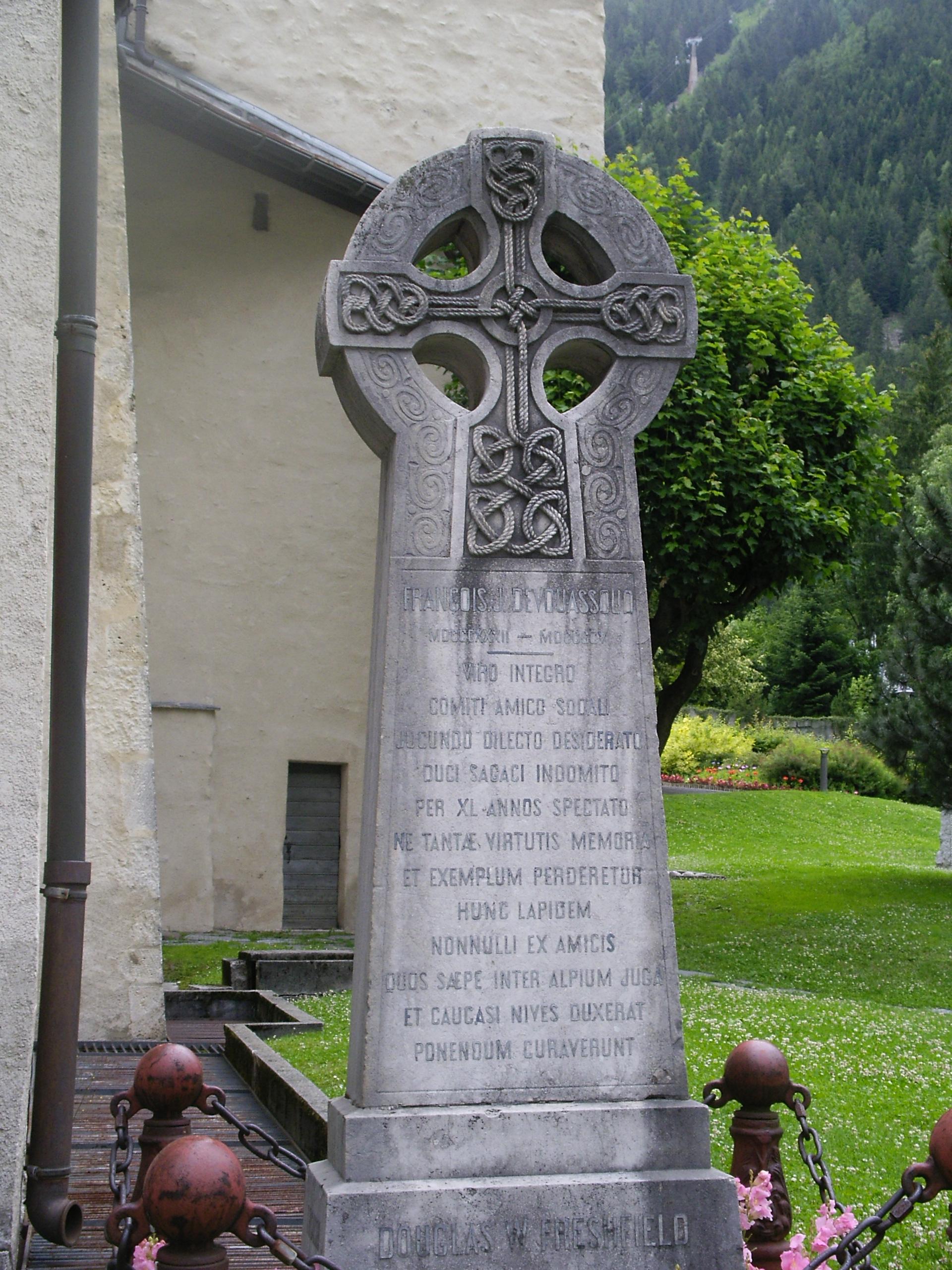 la piedra en un valle de los Alpes
