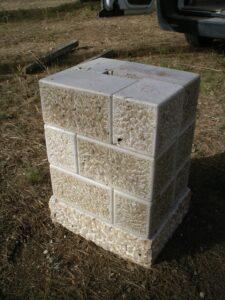base de sillares del monolito de piedra