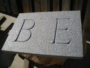 inscripciones en granito de varias letras