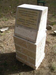 placa colocada en el monolito de piedra